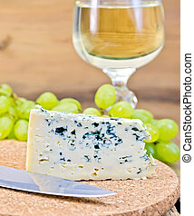 Cheese blue on board with wine and grapes - Cheese with ...
