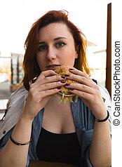 cheeseburger, femme, hamburger, restaurant, nourriture, -, frire, haut, jeûne, jeune, voyante, soude, fin, manger