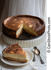 A slice of cheesecake and the whole cheesecake behind. Ketogenic diet receipe without sugar