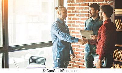 chef, av, den, företag, välkommanden, den, kund, med, a, handslag, in