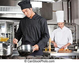 chef, cibo cucina, con, collega, soppressione dei bit di peso minore, verdura