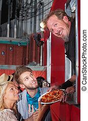 chef, con, pizza, en, alimento, camión