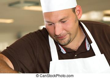 chef, concentrado, trabajando, italiano