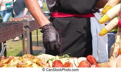 chef cuistot, barbecue., plates., nourriture, gants, rue, haut., vêtements, fin, festival., noir, grillé, saucisses, viande, écarts, frit, bâtons, pommes terre