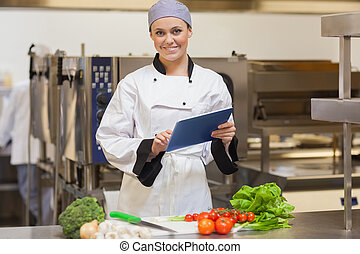 chef cuistot, elle, légumes, numérique, utilisation, sourire, tablette, à côté de