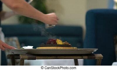 chef cuistot, faire, flambe, à, nourriture, dans, moule, à,...