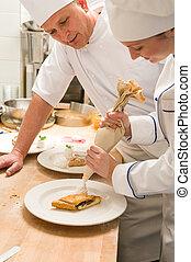 chef cuistot, femme, forme croûte décorer, crème fouettée