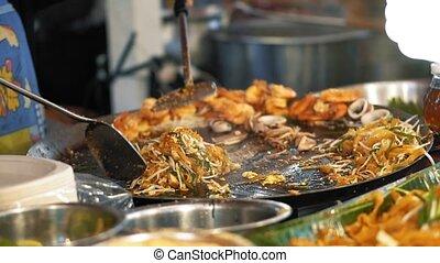 chef cuistot, lent, délicieux, crevette, mouvement, marché, tampon, asiatique, wok, nuit, prépare, savoureux, thaï, frit, ouvert