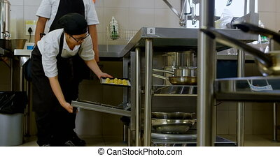 chef cuistot, plateau, four, mettre, biscuits, 4k