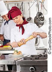 chef de sexo femenino, condimento, salmón, rollo