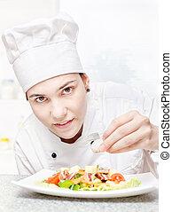 chef, decorar, delicioso, joven, ensalada
