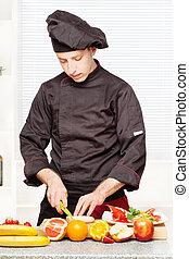 chef, en, uniforme negro, corte, fruta