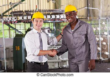 chef, handshaking, arbetare, in, fabrik