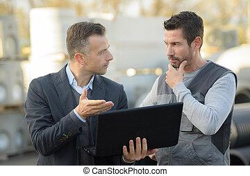 chef, och, arbetare, talande, utanför, och, användande, a, laptop