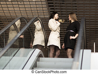 chef, och, klient, stående, trapporna, in, den, foajé, av, den, nymodig, kontor