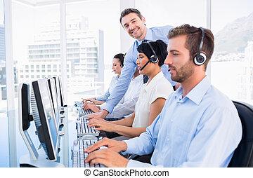 chef, och, ledare, med, hörlurar, användande, datorer