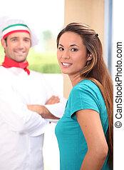 chef, se paró, clientes, puerta, pizza