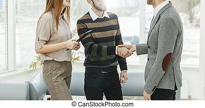 chef, skalv, räcker, med, den, anställd, in, a, workplace, in, a, nymodig, kontor