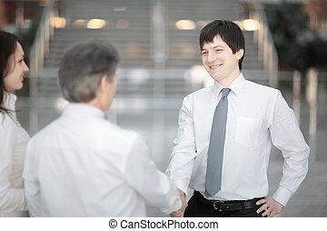 chef, välkommanden, den, klient, med, a, handslag