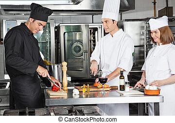 chefs, arbeitende , in, kommerzielle küche