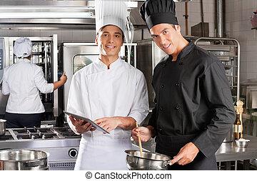 chefs, kochen, zusammen, glücklich