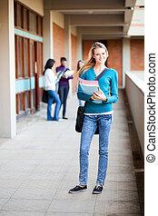 cheio, femininas, jovem, comprimento, estudante universitário, retrato