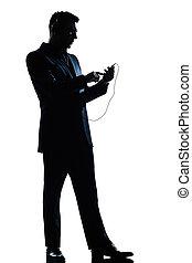 cheio, silueta, escutar, texto, isolado, telefone, comprimento, estúdio, fundo, messaging, música, branca, um, caucasiano, homem