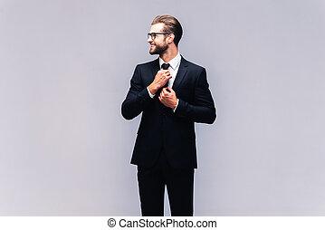 cheio, tiro, gravata, ajustar, jovem, confiante, seu, businessman., paleto, estúdio, sorrindo, bonito, homem