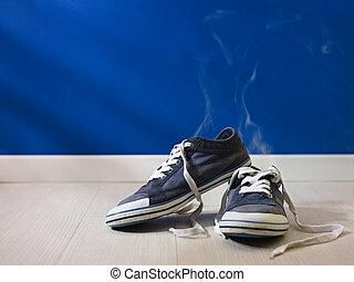 cheirando mal, sapatos, chão, madeira, worn-out, esquerda