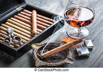 cheiro, de, conhaque, e, fumar, um, charuto