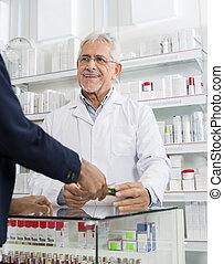 chemiker, gebende medizin, zu, kunde, in, apotheke