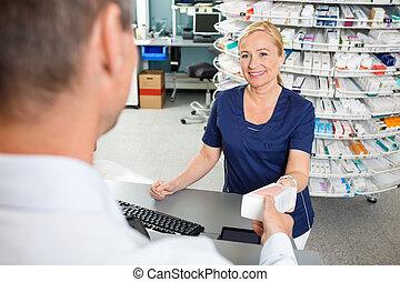 chemiker, lächeln, während, gebende medizin, zu, kunde