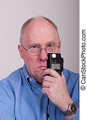 chemise bleue, chauve, plus vieux, mètre léger, tenue nez, homme