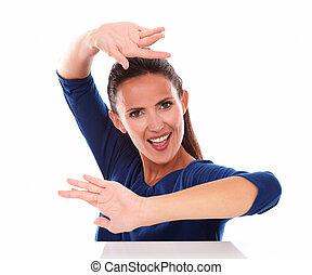 chemise bleue, danse, sourire, dame, faire gestes