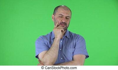 chemise, mâle, fin, vert, studio., concentration., milieu, écran, regarder, bleu, pensée, appareil photo, barbe, portrait, poser, hommes, haut., vieilli, chauve
