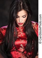cheongsam, sombre, femme, arrière-plan rouge