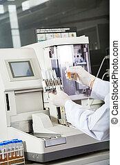chercheur, examiner, urine, échantillons, analyseur
