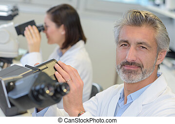 chercheur, monde médical, microscope, mûrir, utilisation, laboratoire, mâle
