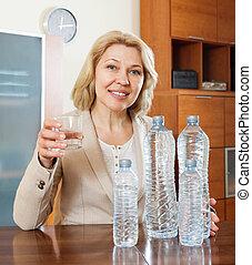 cherful, mujer madura, agua potable