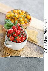 Cherry tomatoes and spaghetti