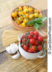 Cherry tomatoes, garlic and spaghetti
