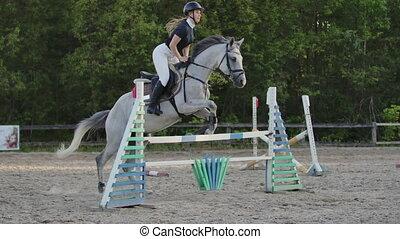 cheval, lent, barrier., femme, sur, jump., saut, jockey, costume noir, blanc, marques, motion: