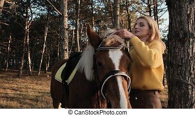 cheval, lent, elle, met, cavalcade, favori, mouvement, pensif, bois, préparer, harnais, girl, blond