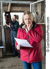cheval, note, vétérinaire, inquiété, regarder, femme, propriétaire