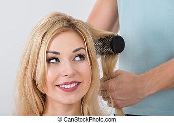cheveux brossage, salon, femme, styliste coiffure