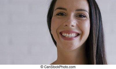 cheveux bruns, appareil photo, femme, sourire, regarder