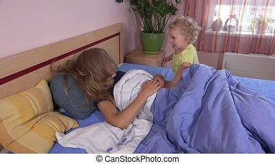 cheveux, enfant, lit, jeu mère, heureux