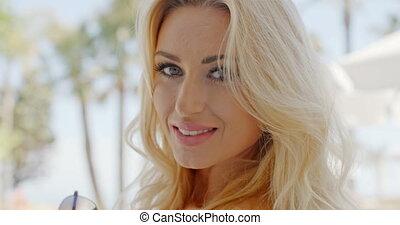 cheveux, femme souriante, blonds, main