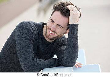 cheveux, homme souriant, séduisant, main