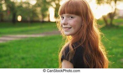 cheveux, marche, regarder, appareil photo, coucher soleil, fille souriant, rouges, heureux